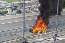 一辆特斯拉电动车在瑞士发生撞车导致电池起火